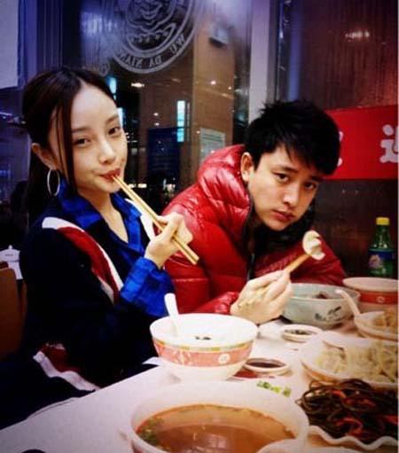 李小璐贾乃亮是怎么认识的 姐弟恋男追女两人生活亲密照曝光