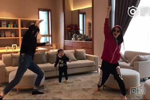 章子怡带两个女儿为汪峰加油助威 醒醒舞姿太抢镜了